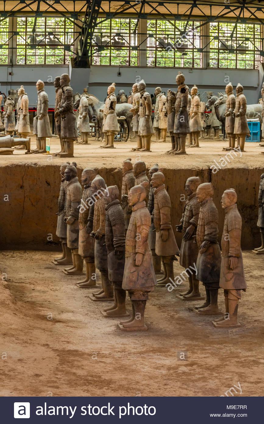 El Ejército de Terracota fue encontrado gravemente dañados cuando fue descubierto en 1974. Los guerreros han sido minuciosamente reensamblados. Mausoleo del primer Qi Imagen De Stock