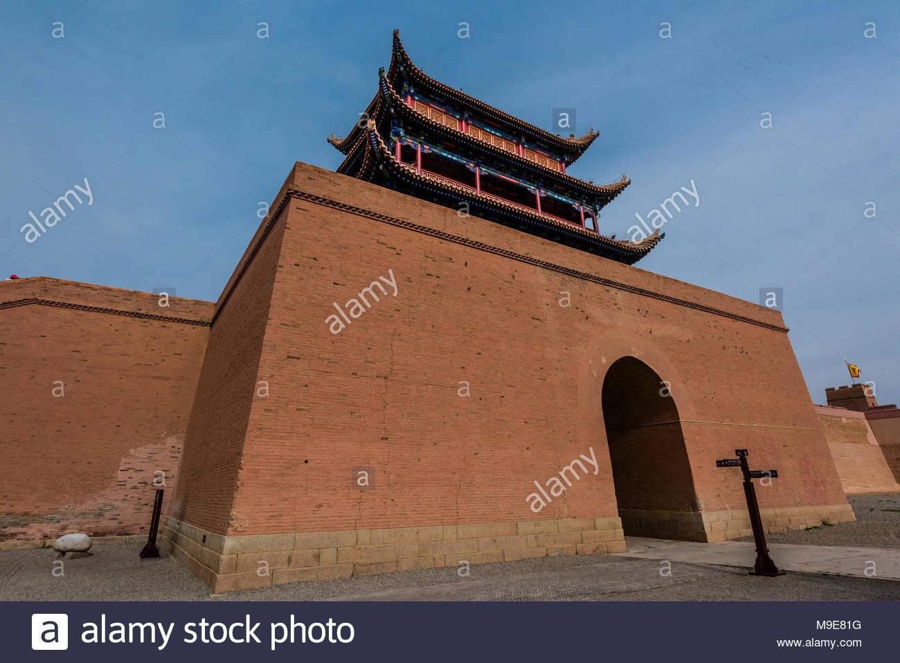 Un simulacro de ejército como uno que habría ocupado una vez la fortaleza. Jiayuguan Fort es el extremo occidental de la gran muralla construida en la Dinastía Ming (1368 - 164 Imagen De Stock