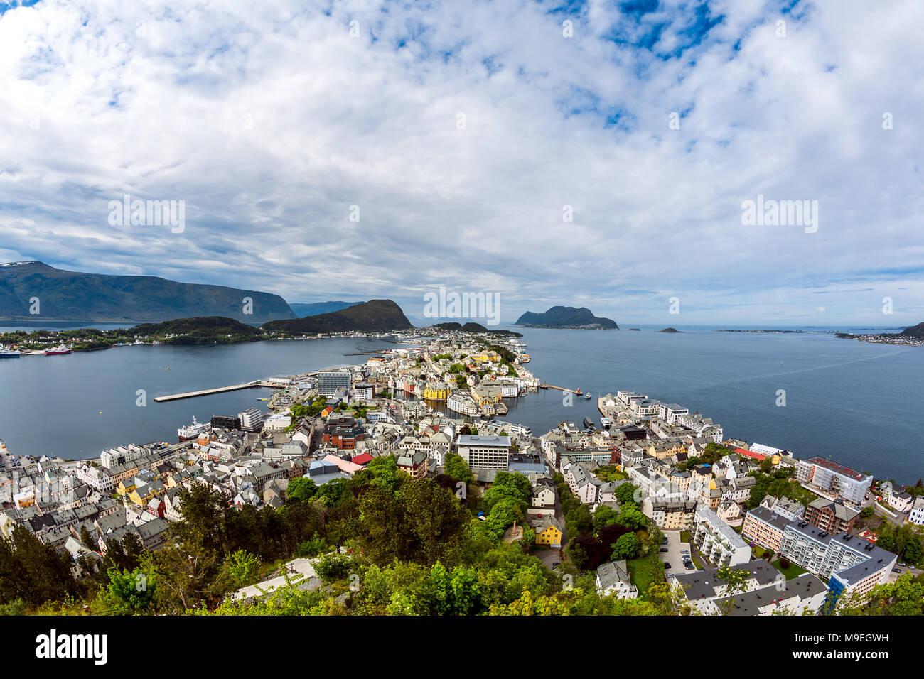 Aksla en la ciudad de Alesund, Noruega. Es un puerto de mar, y se destaca por su concentración de arquitectura modernista. Imagen De Stock