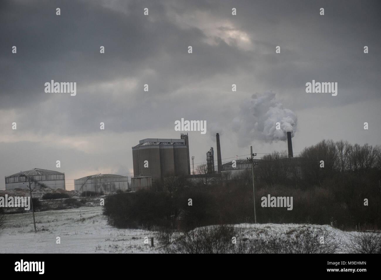 Campos nevados rodean una fábrica bombear contaminantes en el Foto de stock