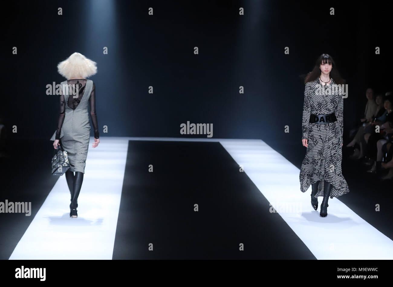 Tokio, Japón. 20 Mar, 2018. Una modelo muestra una creación del diseñador japonés Tae Ashida en su colección otoño/invierno 2018 en Tokio como parte de la Semana de la moda de Tokio el viernes, 23 de marzo de 2018. Crédito: Yoshio Tsunoda/AFLO/Alamy Live News Foto de stock