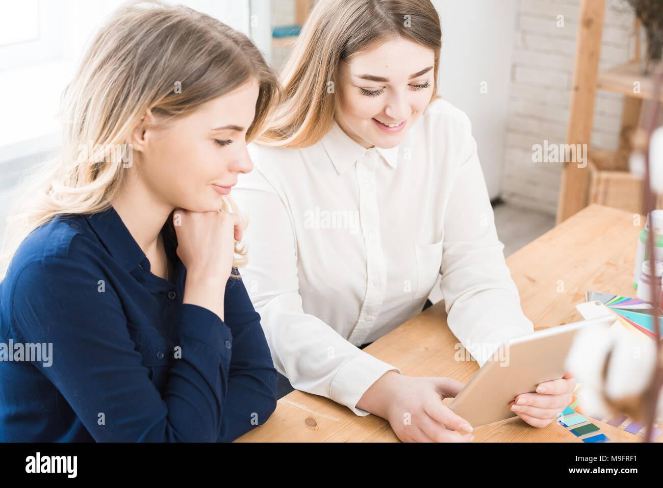 Las mujeres con touchpad Imagen De Stock