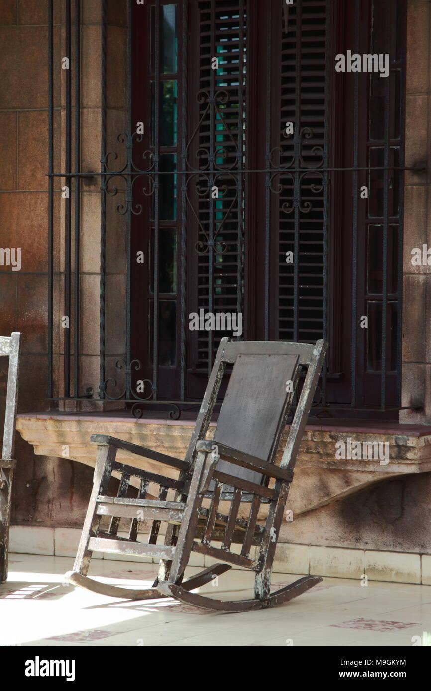 0a3b8c051 Una mecedora en un soleado porche en el centro de La Habana, Cuba. Imagen