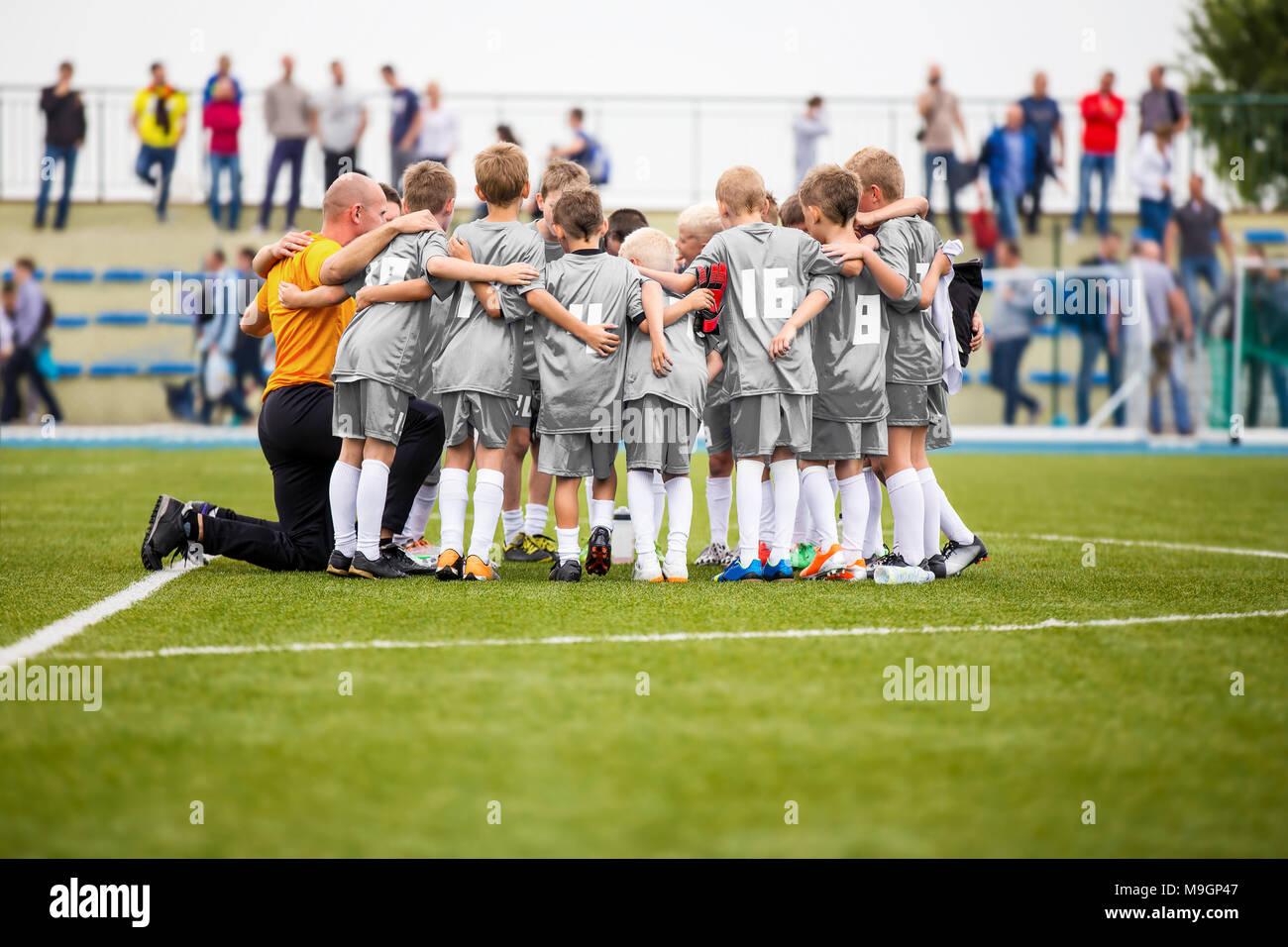 ebd918ff73745 Entrenamiento de fútbol. Los muchachos que Pep hable con el entrenador  antes del torneo coinciden