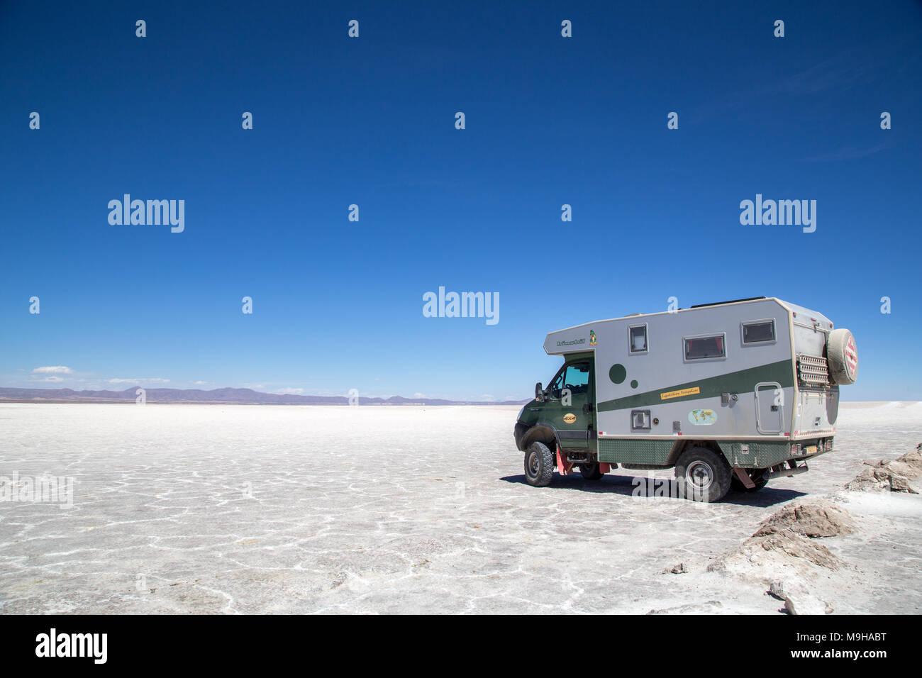 Autocaravana en el Salar de Uyuni Imagen De Stock