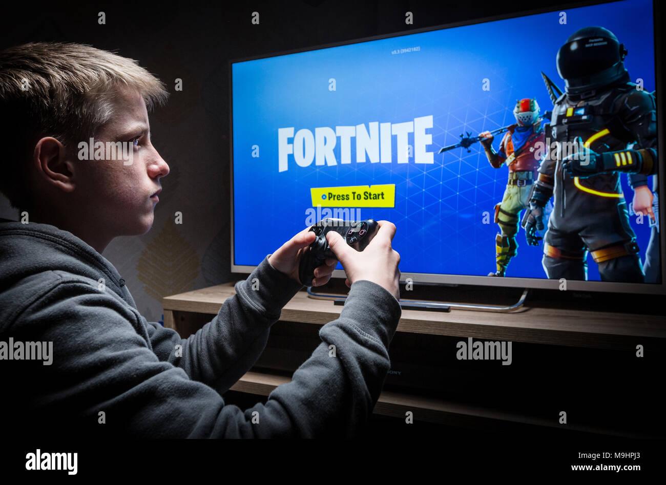 Adolescente Jugando En Una Playstation 4 Fortnite Foto Imagen De