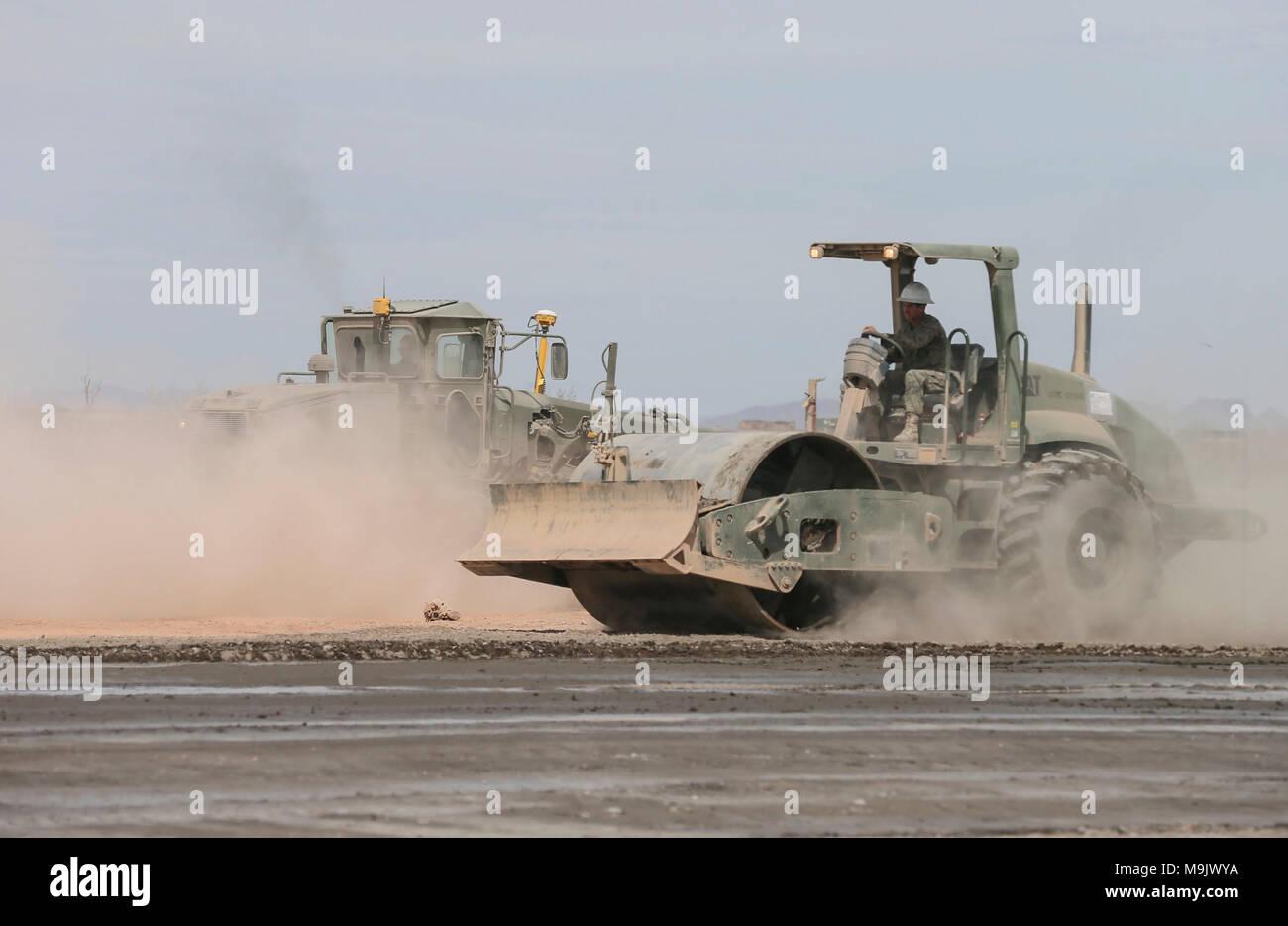 Los Marines de Estados Unidos con el apoyo del ala Marina Squadron (MWSS) 272 compact cemento portland durante un ejercicio de mantenimiento de aeródromo expedicionaria en apoyo de armas y tácticas Instructor 2-18 en el Aeródromo, Dateland STOVAL expedicionario, Arizona, el 21 de marzo. El WTI es un evento de capacitación de siete semanas organizado por la Aviación Marina Escuadrón de armas y tácticas (MAWTS) 1 cuadros, que enfatiza la integración operacional de las seis funciones de aviación del Cuerpo de Infantería de Marina en apoyo de una masa de aire marino Task Force y proporciona entrenamiento táctico avanzado estandarizado y certificación de instructor de la unidad de calificación para Foto de stock