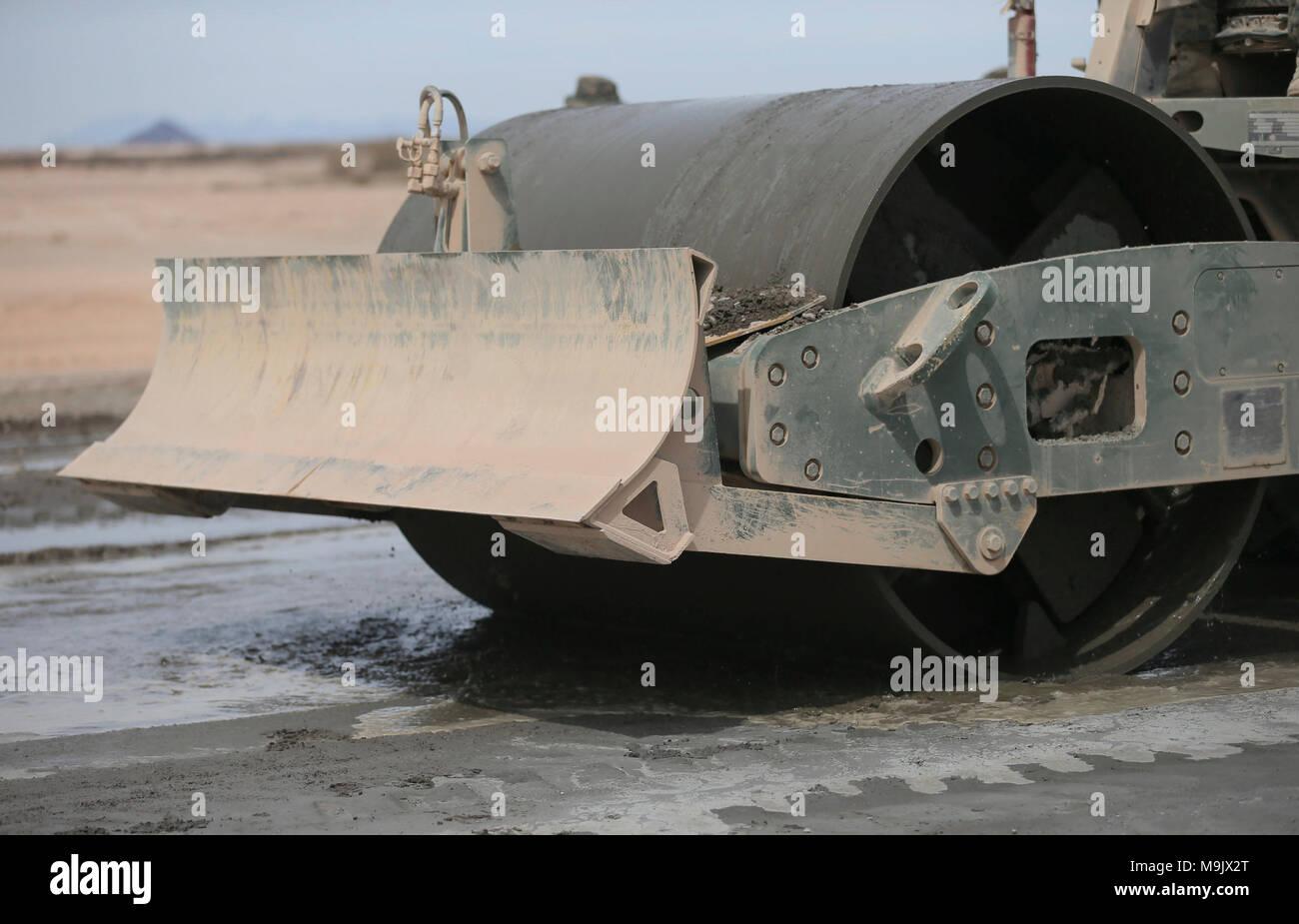 Cuerpo de Marines de EE.UU Con el apoyo de ala Marina Squadron (MWSS) 272 compacta cemento portland durante un aeródromo expedicionaria en apoyo de mantenimiento de armas y tácticas Instructor 2-18 en el Aeródromo, Dateland STOVAL expedicionario, Arizona, el 21 de marzo. El WTI es un evento de capacitación de siete semanas organizado por la Aviación Marina Escuadrón de armas y tácticas (MAWTS) 1 cuadros, que enfatiza la integración operacional de las seis funciones de aviación del Cuerpo de Infantería de Marina en apoyo de una masa de aire marino Task Force y proporciona entrenamiento táctico avanzado estandarizado y certificación de instructor de la unidad de calificación para su Foto de stock