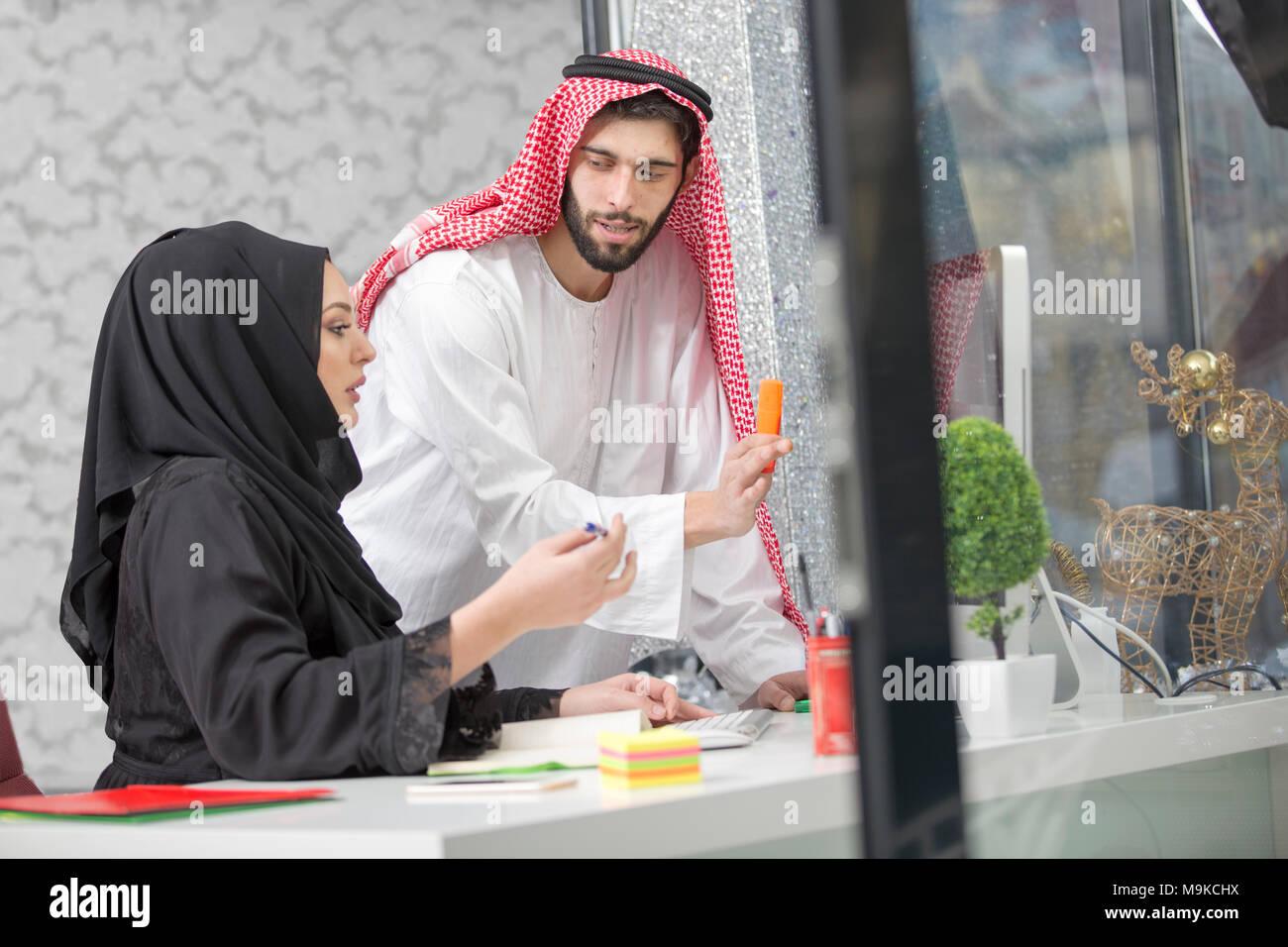 Pareja de negocios árabe trabajan juntos en proyecto en la moderna oficina de inicio. Imagen De Stock