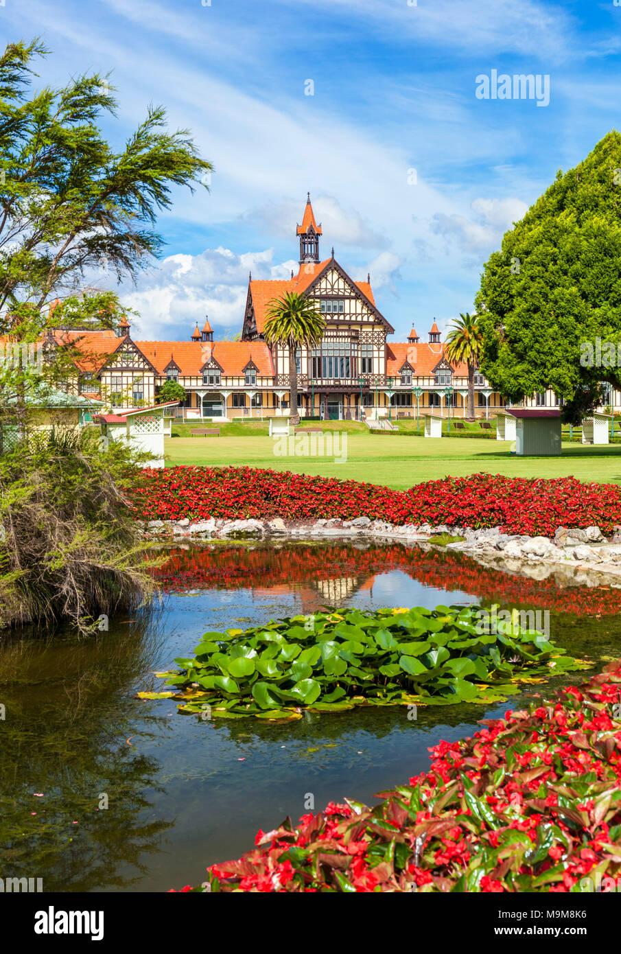 Nueva Zelanda ROTORUA Nueva Zelanda Rotorua Museo de estilo tudor Government Gardens ciudad de Rotorua en la Isla del Norte, Nueva Zelanda Foto de stock