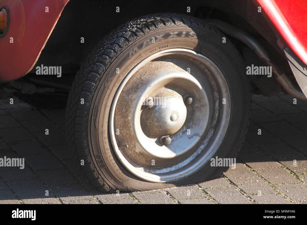 Llanta en coches de época, Citroen 2CV Ente, Alemania Foto de stock
