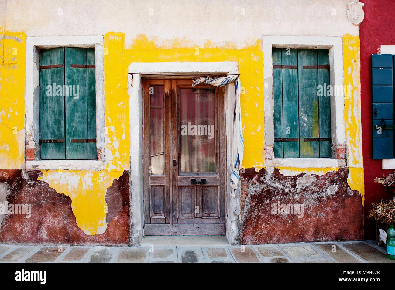 Vintage pared, puerta y ventana de la casa en la isla de Burano, Venecia, Italia, Europa Imagen De Stock