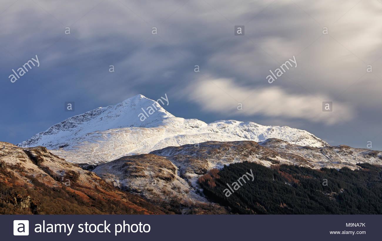 Una larga exposición de Ben Lomond fotografiadas entre la nieve pesada caída. Inveruglas, Escocia. Foto de stock