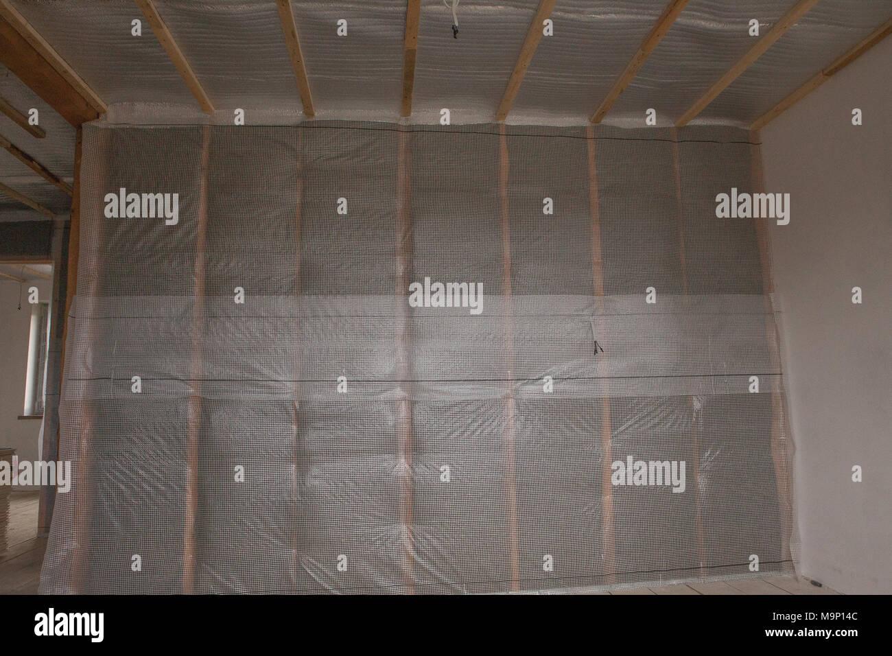 Hidro aislamiento térmico y el aislamiento de la pared de la casa residencial de nueva construcción. Imagen De Stock