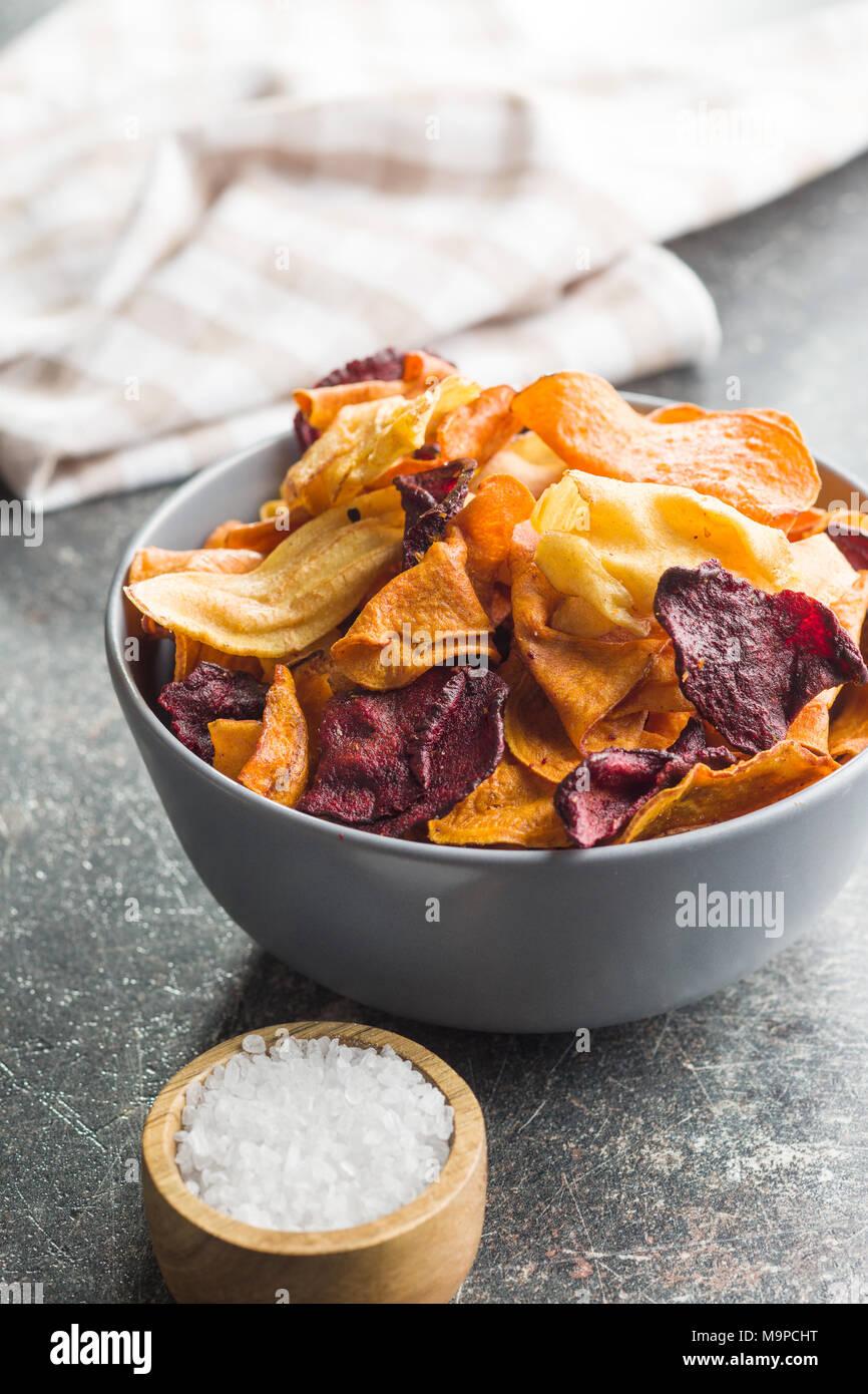 Chips de vegetales fritos mezclados en un tazón. Imagen De Stock