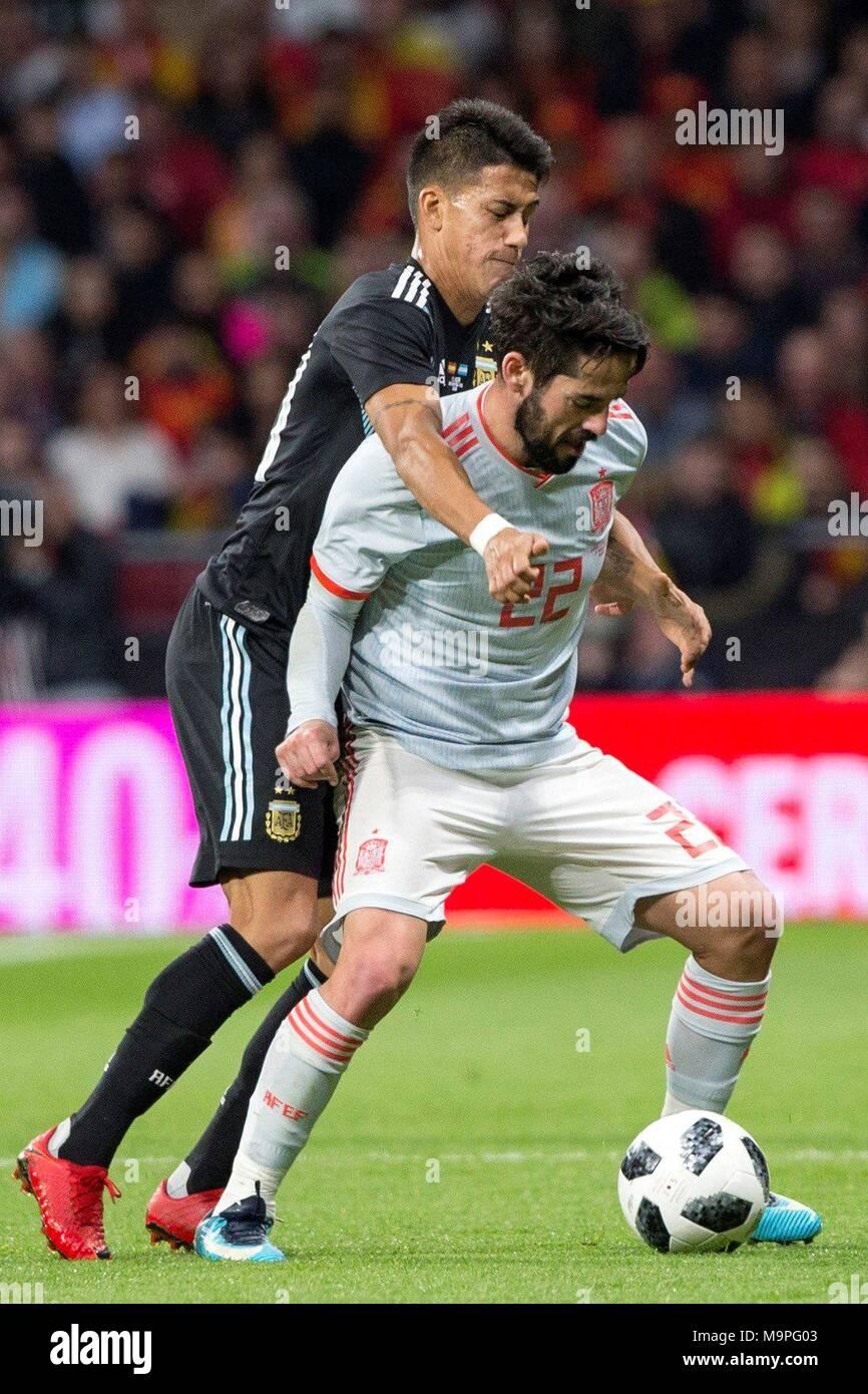 Español Isco Alarcón (R) compite por el balón con el argentino Maximiliano  Meza durante 2701756dd93