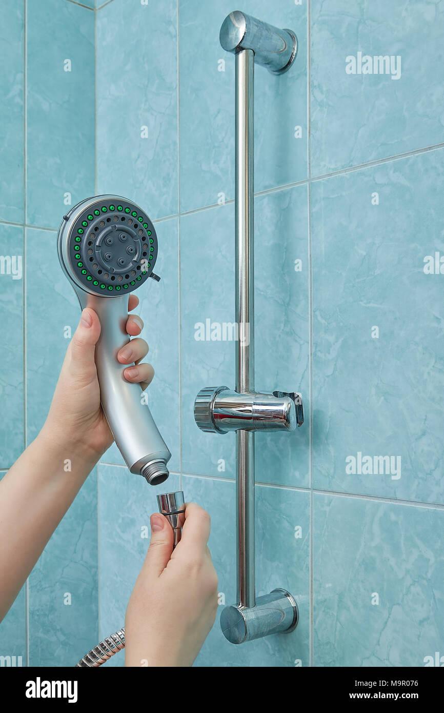 Manos femeninas cambiar el cabezal de la ducha a uno nuevo en el ...