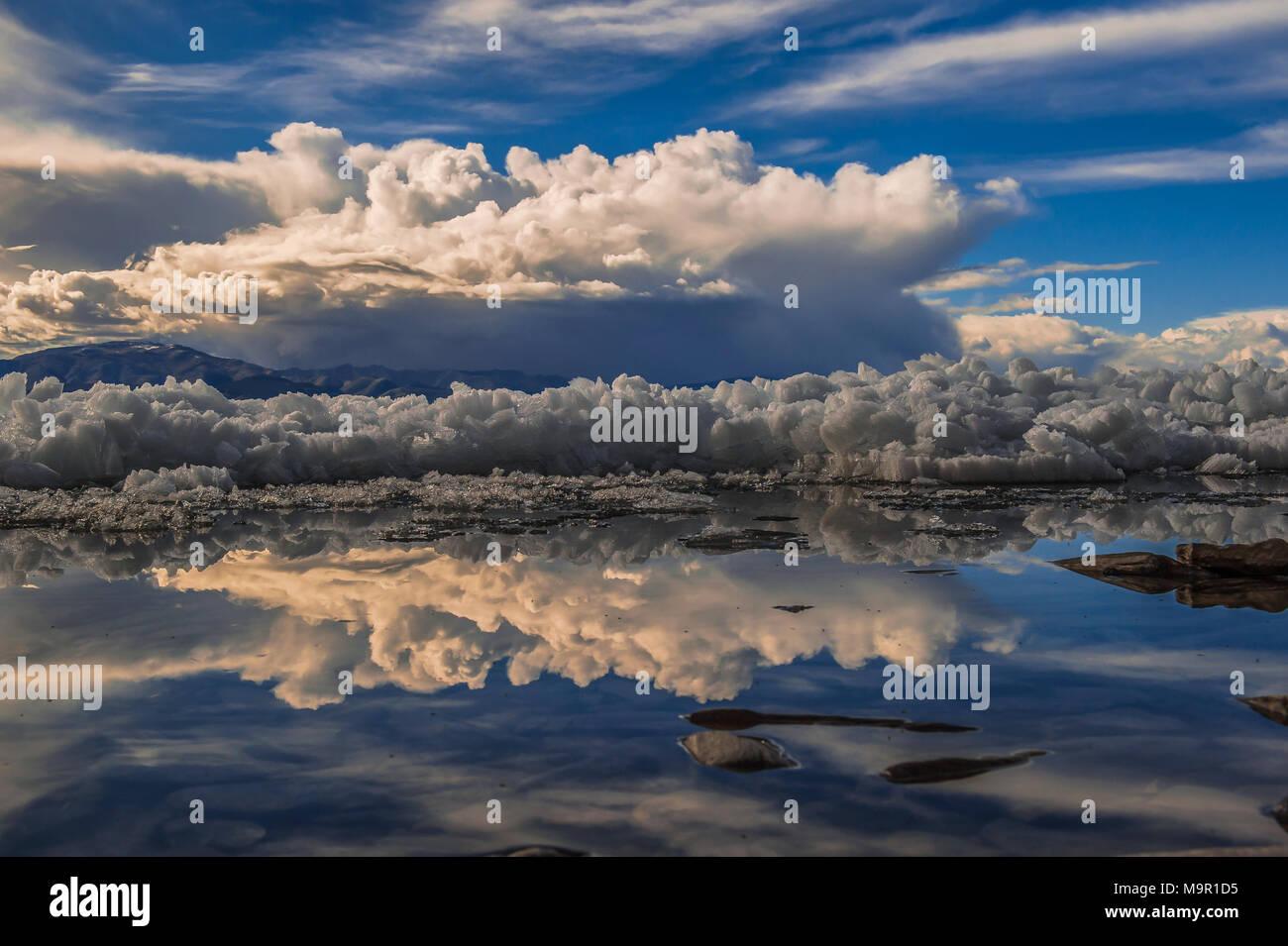 Las estructuras de hielo con agua reflexión en el lago Khuvsgul, Mongolia Imagen De Stock