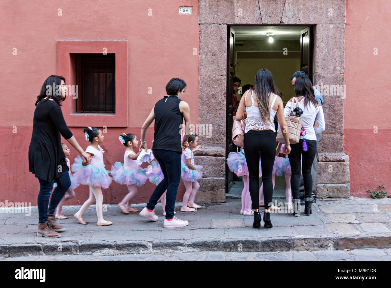 Joven Mexicano Niñas Vestidas De Tutus Son Acompañados Por