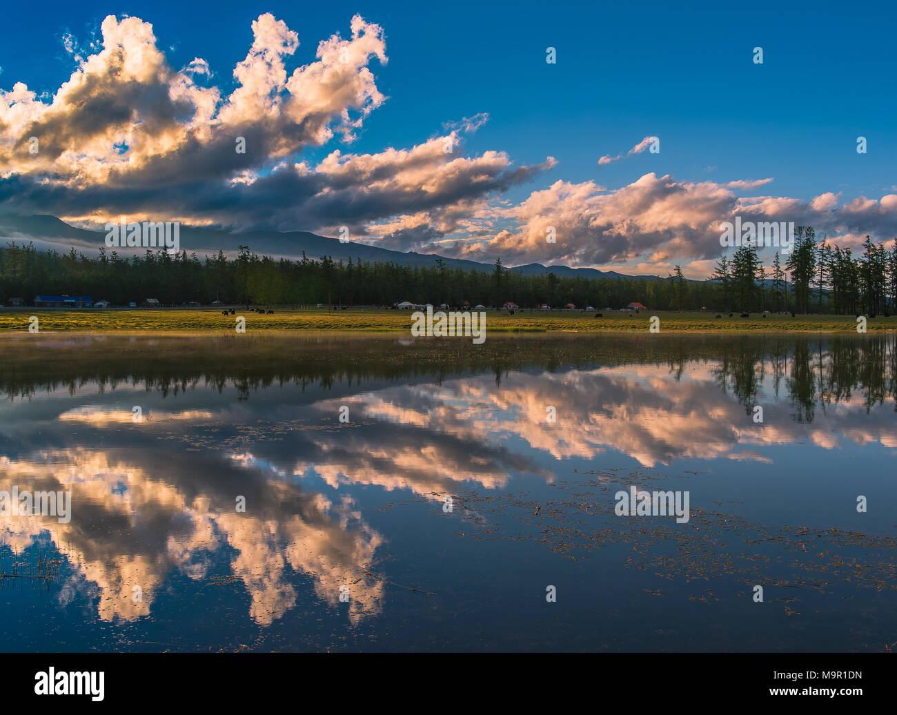 Lago Khuvsgul con dramáticas nubes y reflejos de agua, Mongolia Foto de stock