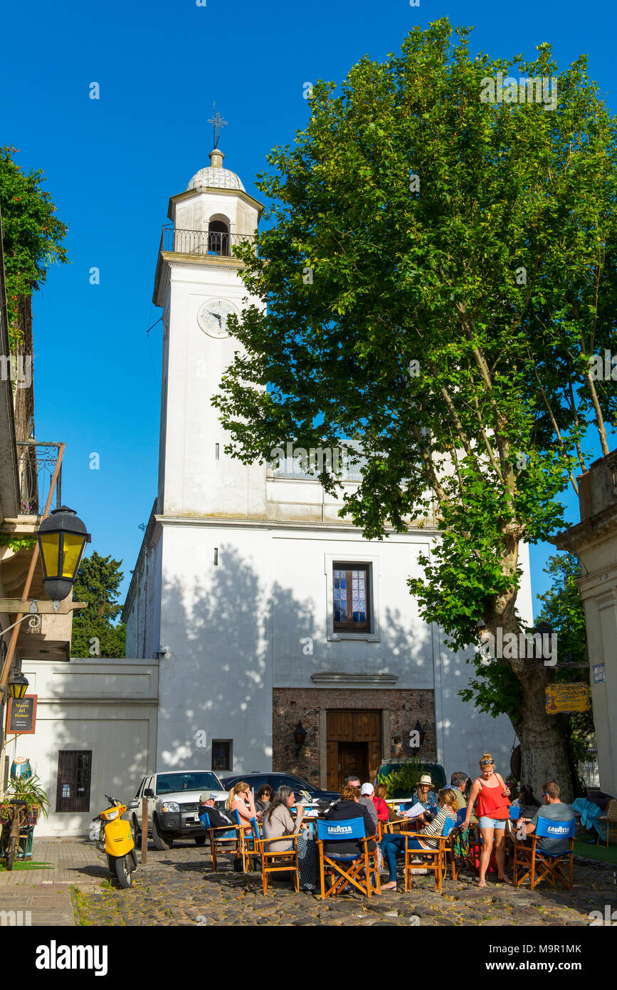 Street café en frente de la Iglesia Matriz, Colonia del Sacramento, Uruguay Imagen De Stock