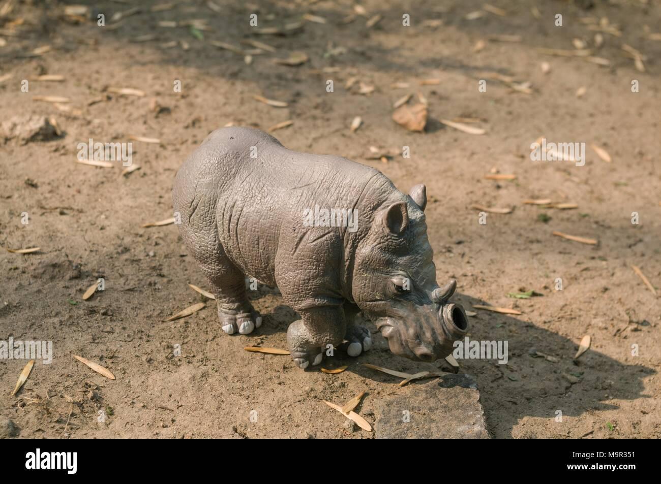 White Rhino juguete sin un cuerno en un terreno natural. Imagen De Stock
