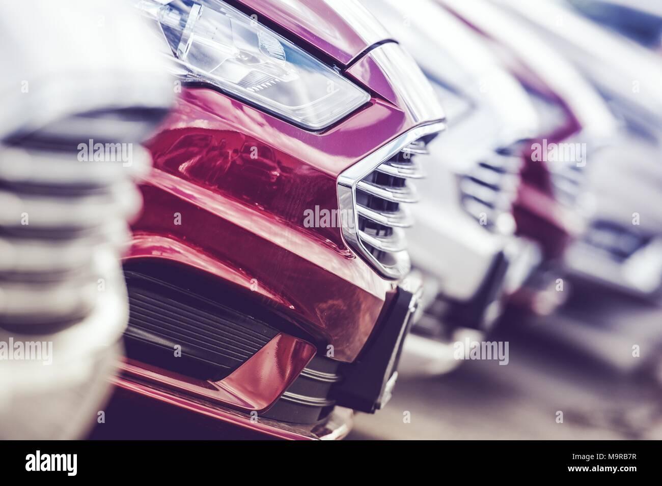 Concepto de la industria automotriz. Nueva línea de producción de automóviles. Los vehículos nuevos de la marca de fábrica en el lote. Imagen De Stock