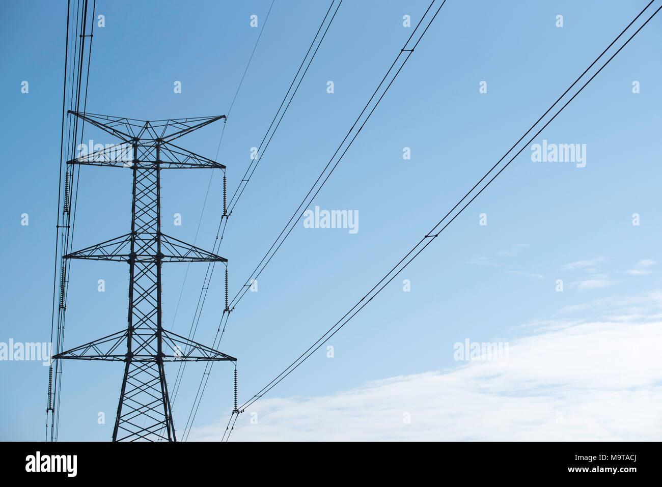 Alta tensión y postes de electricidad de alta tensión y líneas de NSW, Australia Imagen De Stock