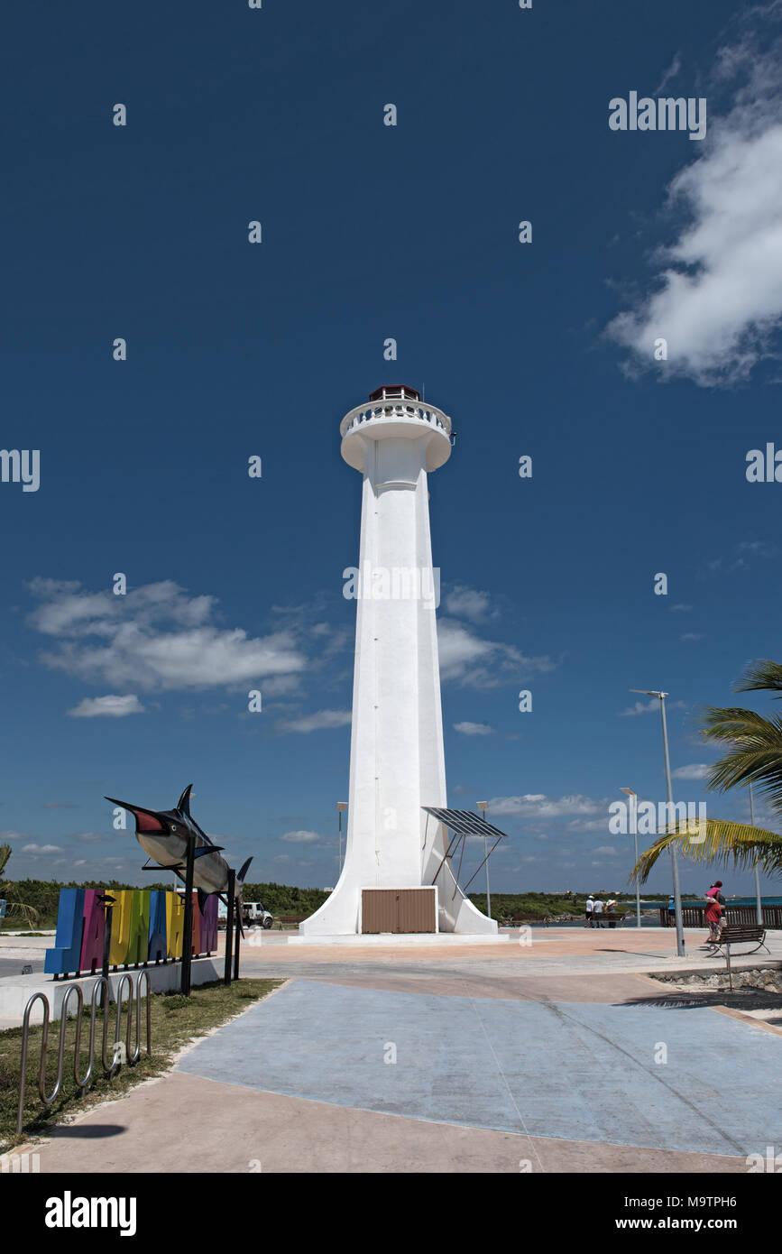 Faro con letras de colores del complejo turístico de Mahahual con pez marlin, México Imagen De Stock