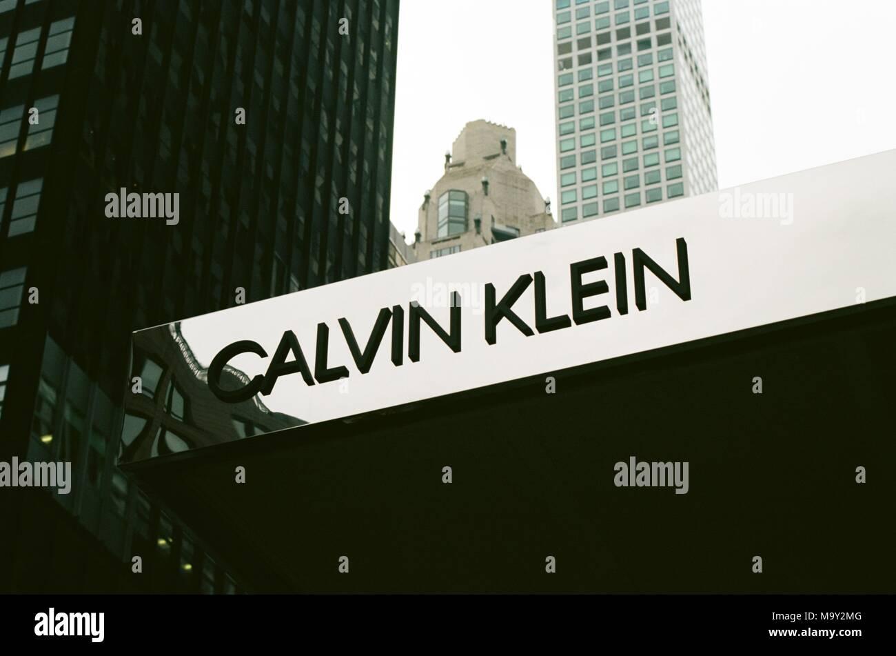 Cerca de firmar en la fachada de la tienda de ropa Calvin Klein en el Upper  East Side de Manhattan 084e0791229