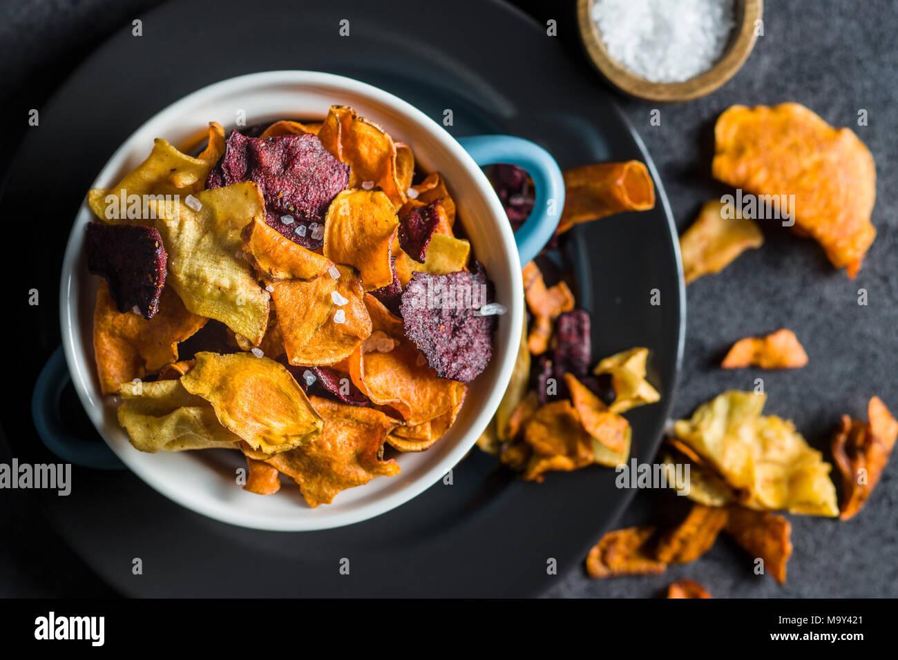Mezcla de verduras fritas chips en bote. Imagen De Stock