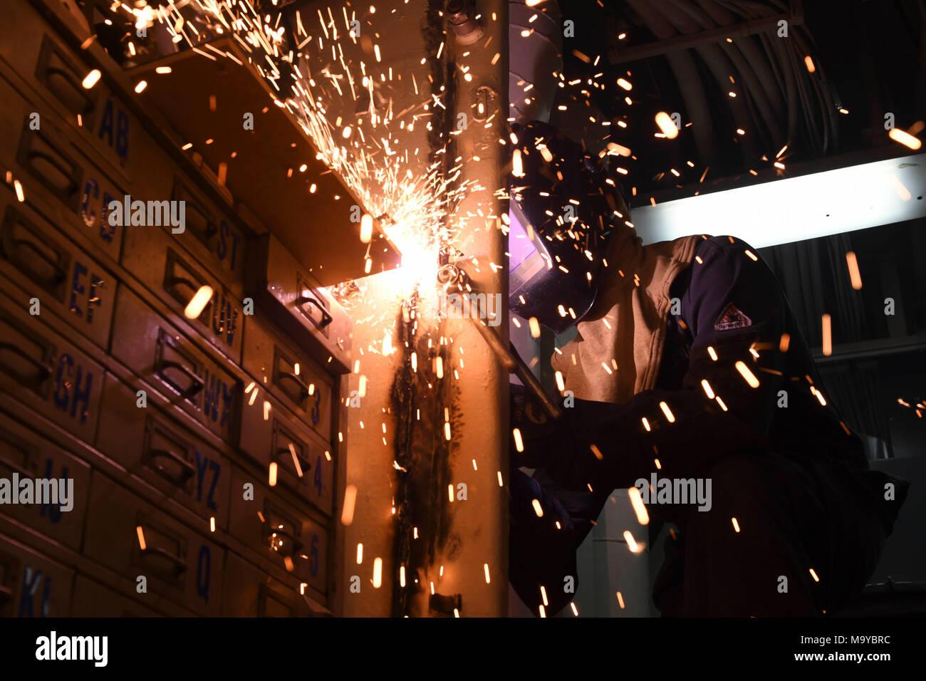 180326-N-RY670-002 OCÉANO PACÍFICO (26 de marzo, 2018) Casco técnico de mantenimiento 3ª Zachary C. Yenco utiliza un cortador por plasma para cortar el marco de una puerta en la clase de avispa buque de asalto anfibio USS Essex (LHD 2) durante un escuadrón anfibio y unidad expedicionaria de los infantes de marina (MEU) integración (PMINT) Ejercicio. Es un entrenamiento PMINT evolución entre Essex Amphibious Ready Group y 13ª MEU, que permite que los Infantes de Marina y soldados para entrenar como una unidad cohesiva, en preparación para su próximo despliegue. (Ee.Uu. Navy photo by Mass Communication Specialist Marinero Jacob Owen/liberado) Foto de stock