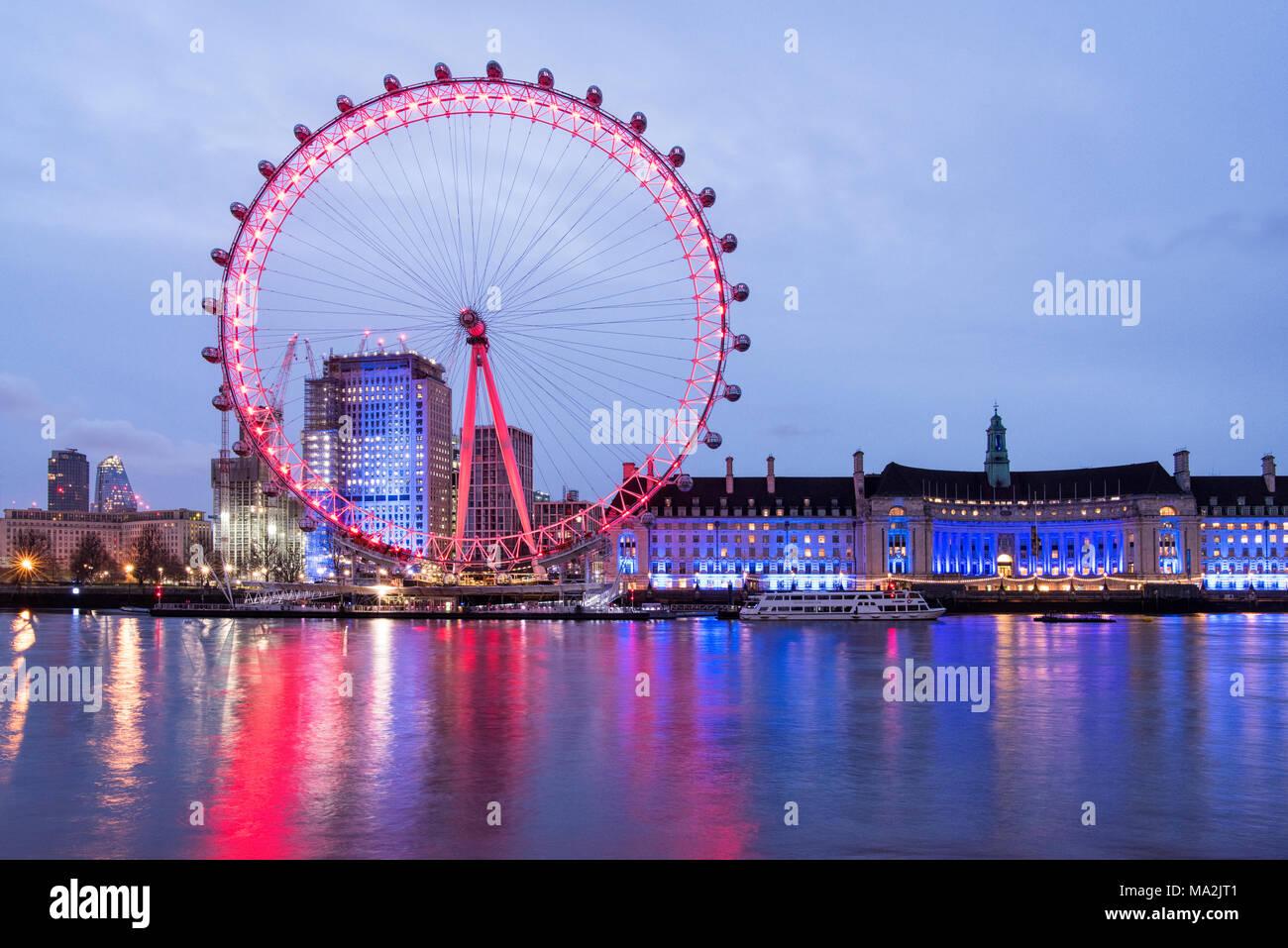 Amanecer en el río Támesis, mirando hacia el London Eye y County Hall, Londres, Inglaterra Imagen De Stock