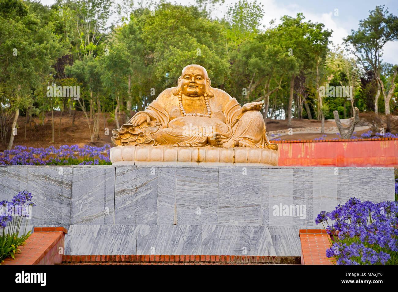 Una de las muchas estatuas de Buda en el jardín de Edén de Buda, que consta de 35 hectáreas (86 acres) de los campos naturales, lagos, jardines de una hora Foto de stock