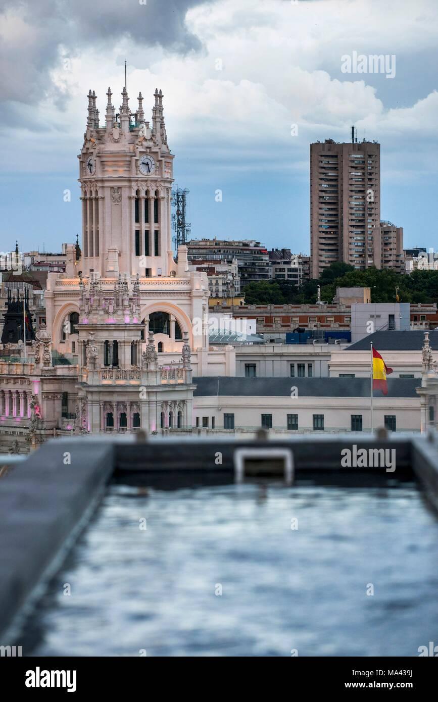 La Vista Del Palacio De Cibeles Desde El Balcón Rooftop