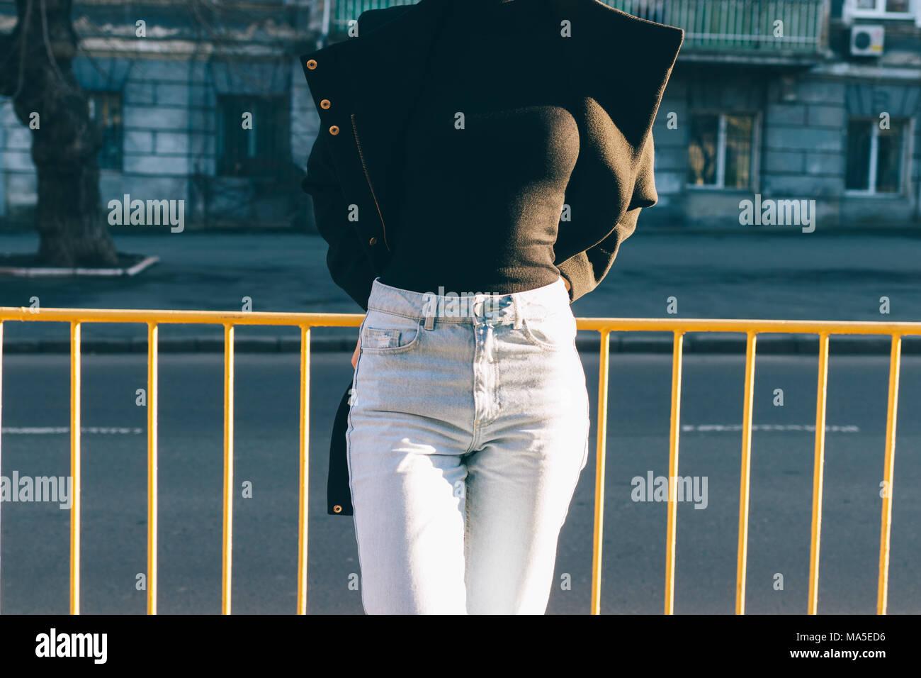 Moda Jeans Con Cintura Alta Cerrar Detalles Moda Mujer Esbelta Joven Vistiendo Pantalones Vaqueros Cuello Tortuga Negra Y Abrigo Fotografia De Stock Alamy