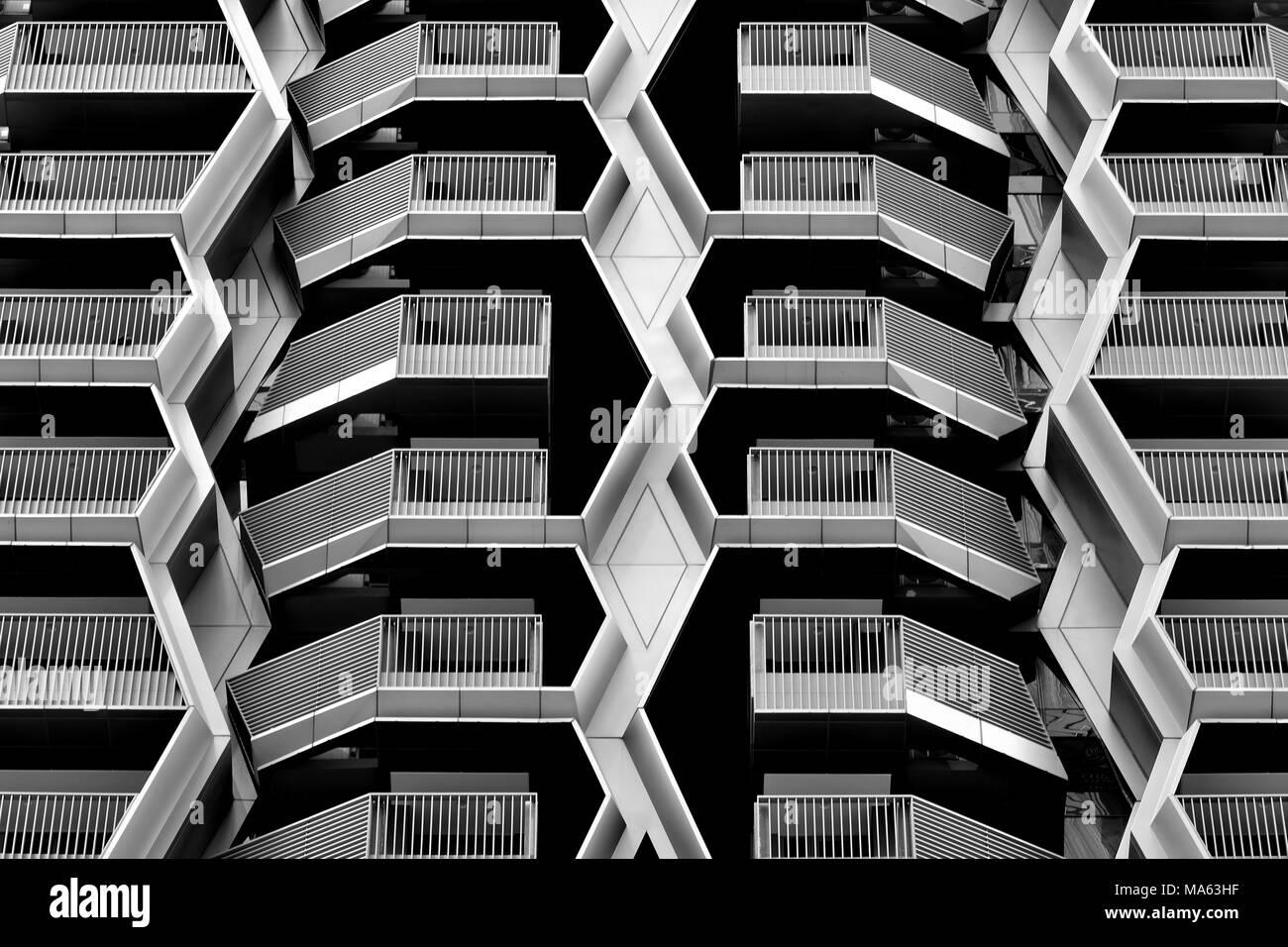 Vista frontal de diseño geométrico abstracto de un moderno aparcamiento de varios pisos en el distrito financiero de Singapur, con fuerte simetría y geometría negrita Foto de stock