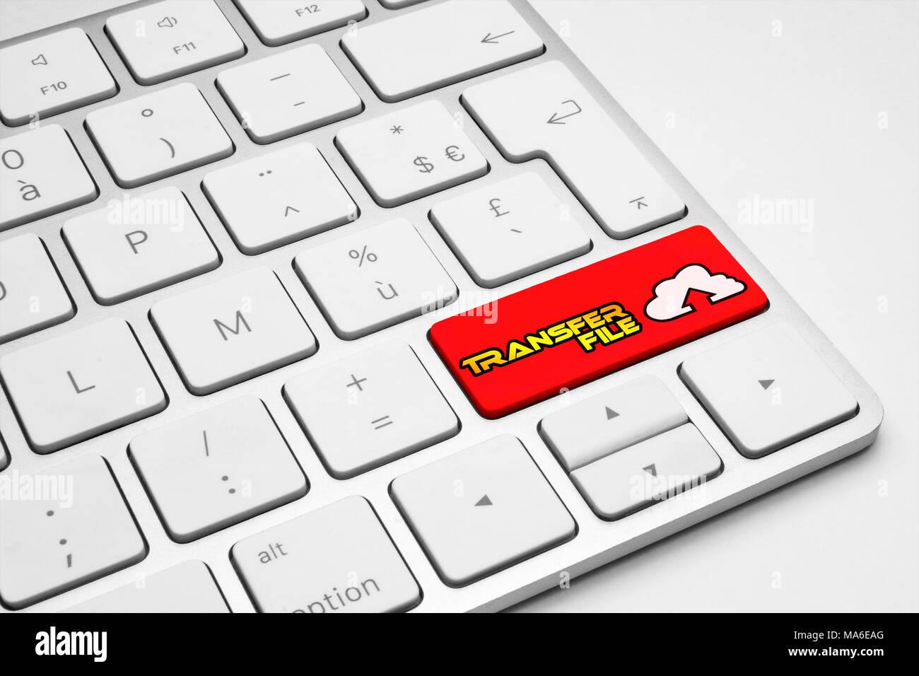 Archivo de transferencia botón rojo con un icono de una nube blanca teclado aislado - Internet, web, medios sociales y empresariales concepto ilustrativos. Imagen De Stock