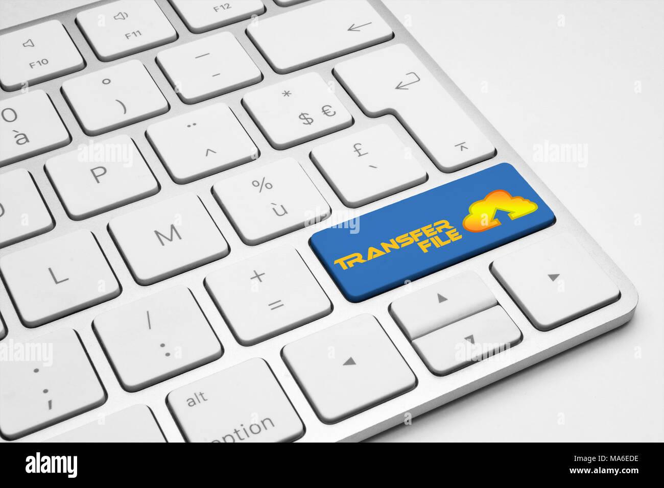 Archivo de transferencia botón azul con un icono de una nube blanca teclado aislado - Internet, web, medios sociales y empresariales concepto ilustrativo Imagen De Stock