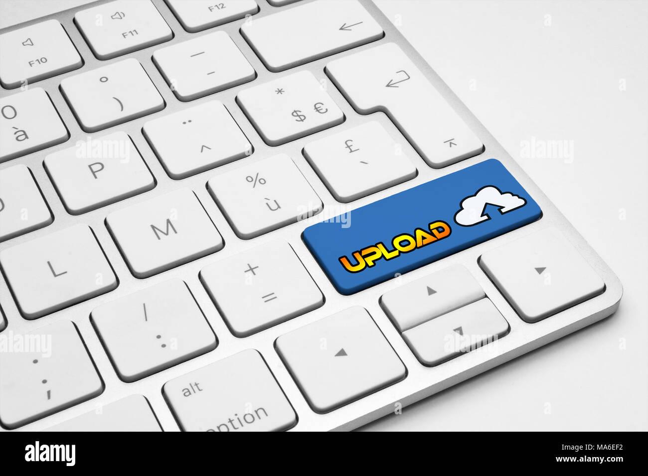 Enviar botón azul con un icono de mail en un teclado aislado blanco - internet, medios de comunicación social y el concepto de negocio Imagen De Stock