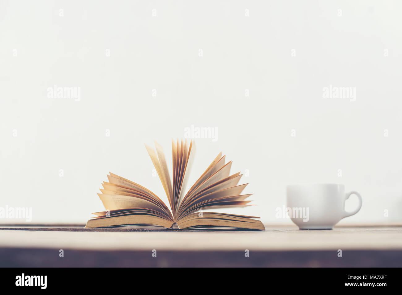 Vintage Libro Viejo Con Taza De Café En La Terraza De Madera