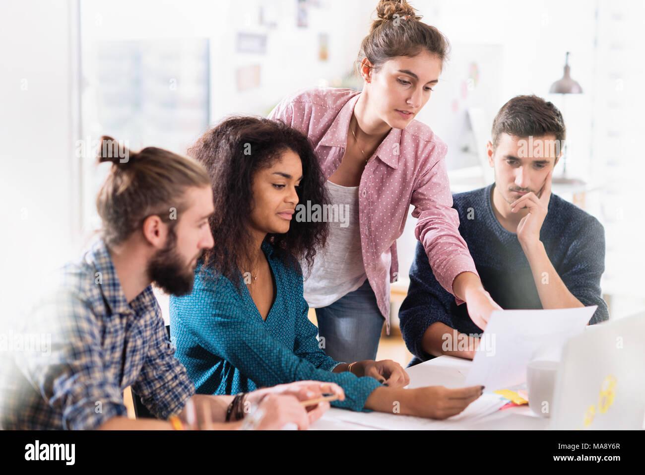 En la oficina. Un joven equipo multiétnico en el trabajo. Imagen De Stock