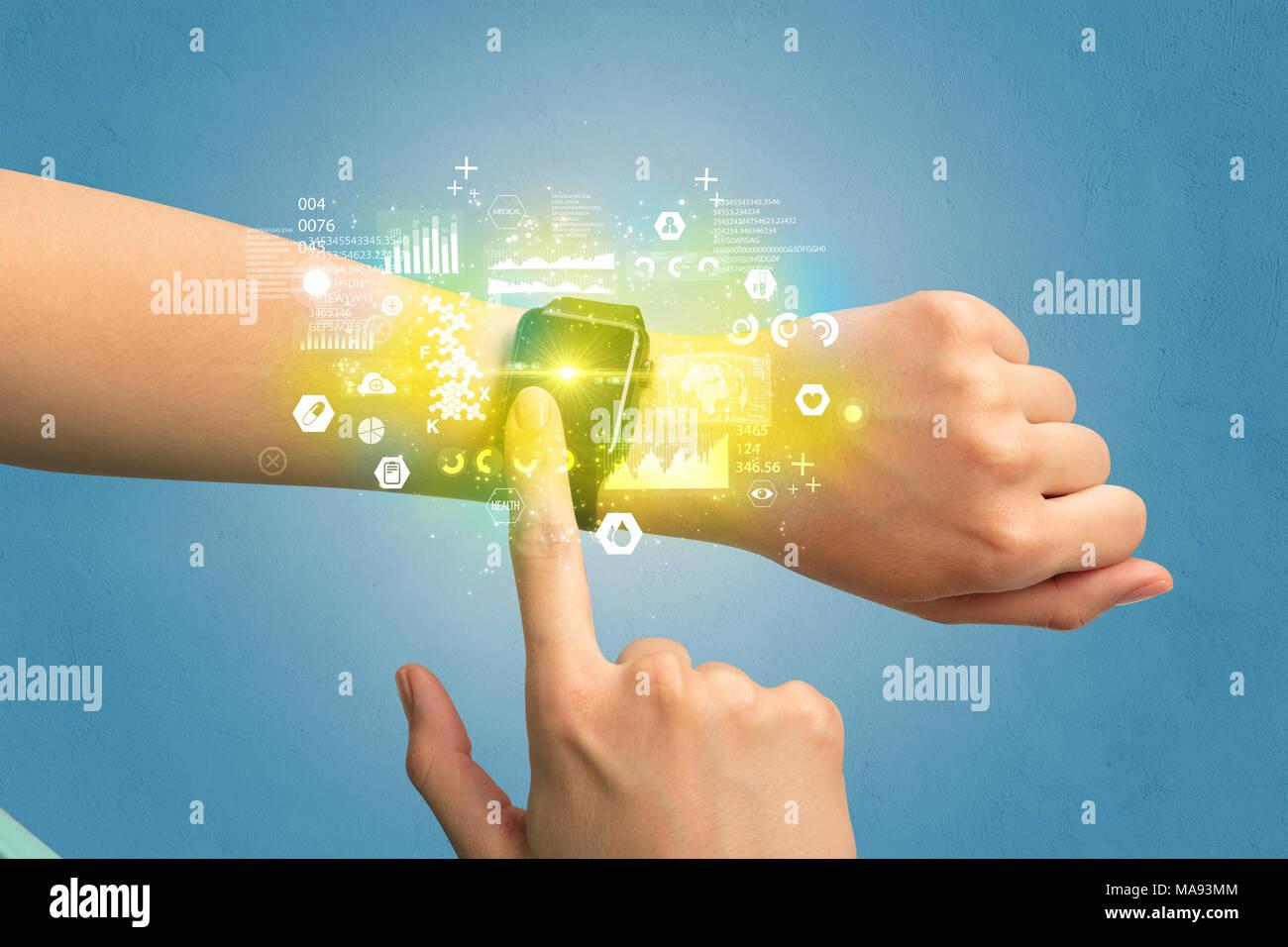 Mano con smartwatch y salud medical tracker concepto. Imagen De Stock