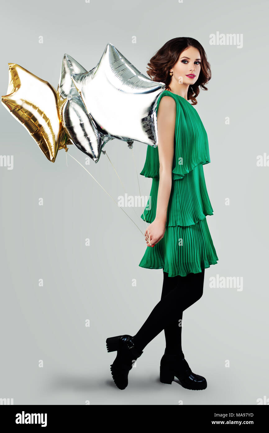 70c5b7e94 Hermosa mujer joven en primavera vestido verde celebración globos Imagen De  Stock