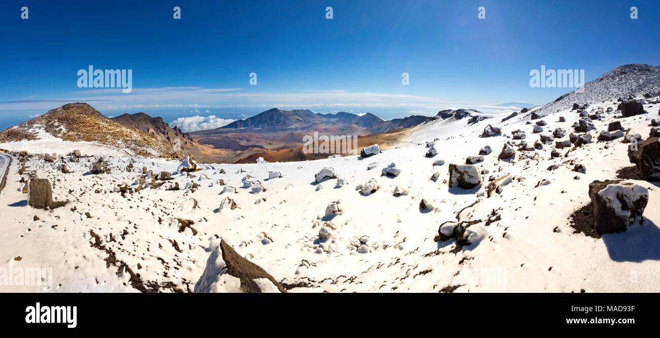 Un raro el sumit nevadas cerca del cráter Haleakala en Parque Nacional Haleakala, Maui, Hawai, el volcán inactivo. Imagen De Stock