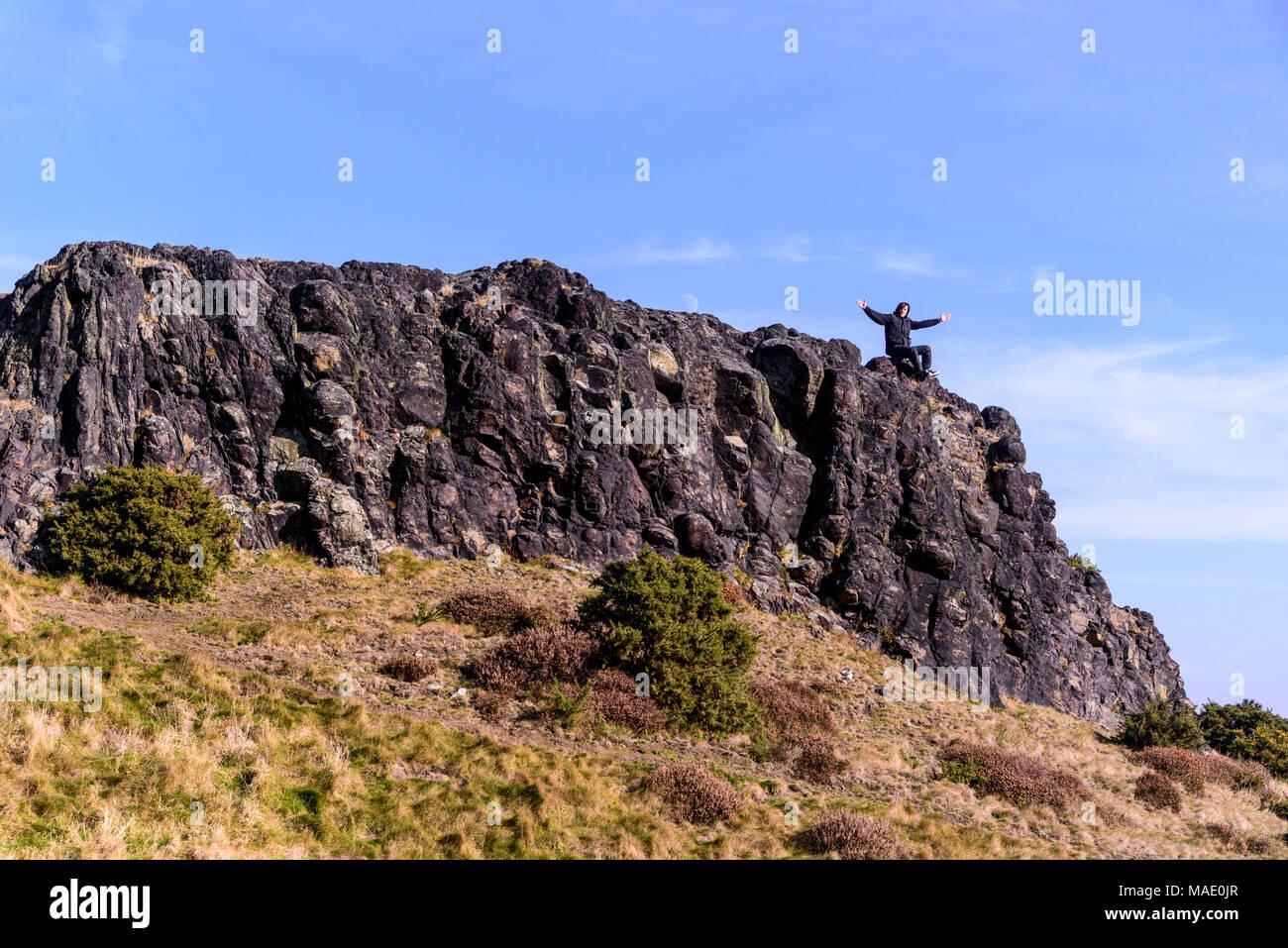 La juventud celebra subiendo la colina. Imagen De Stock