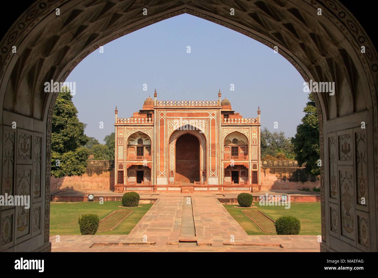 Puerta de entrada visto desde el interior de Itimad-ud-Daulah mausoleo en Agra, Uttar Pradesh, India. Esta tumba es a menudo considerado como un proyecto del Taj Mahal. Foto de stock