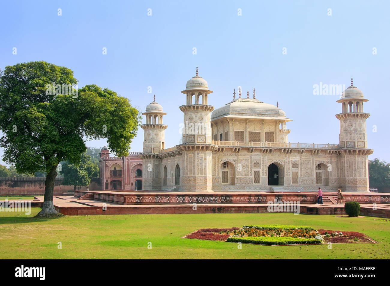 Tumba de Itimad-ud-Daulah, en Agra, Uttar Pradesh, India. Esta tumba es a menudo considerado como un proyecto del Taj Mahal. Imagen De Stock