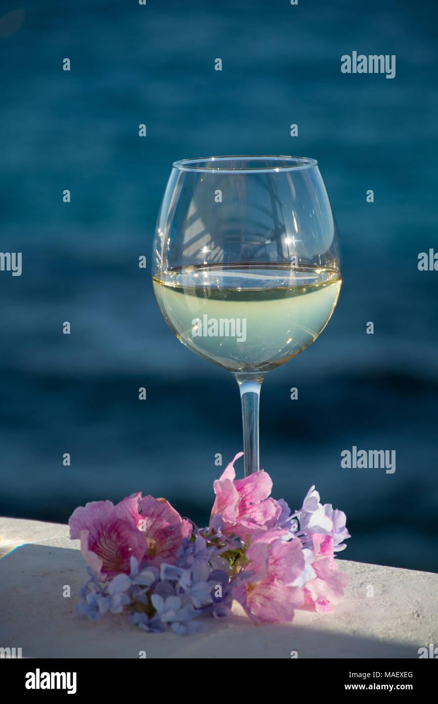Una Copa De Vino Blanco Frío Servido En La Terraza Exterior