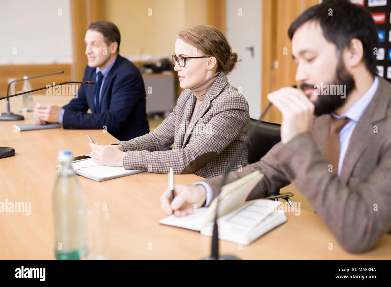 Los empresarios que participan en la conferencia de prensa Imagen De Stock